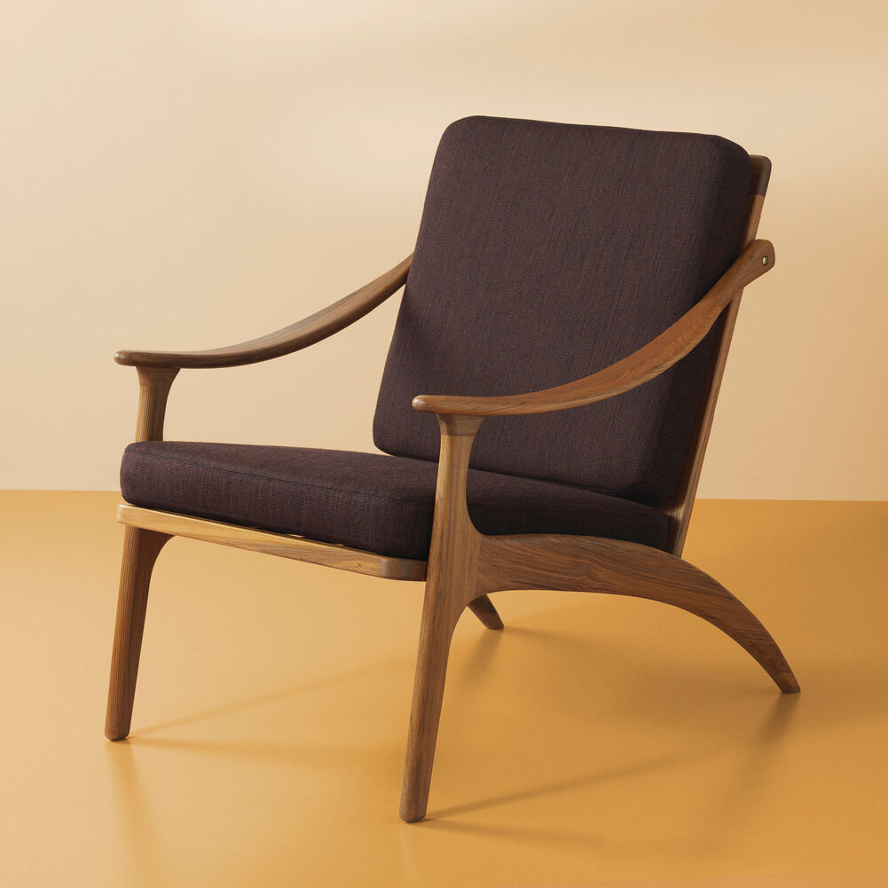 Lean Back lounge chair in teak wood and coffee brown.