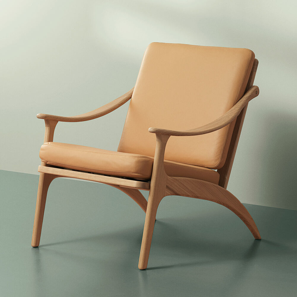 Lean Back lounge chair in oak and nature leather.