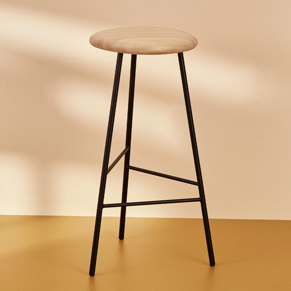 Pebble bar stools in ash and black, 76 cm.