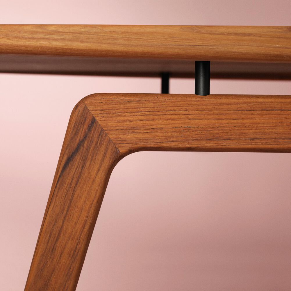 Close-up af Surfboard coffee table in teakwood.