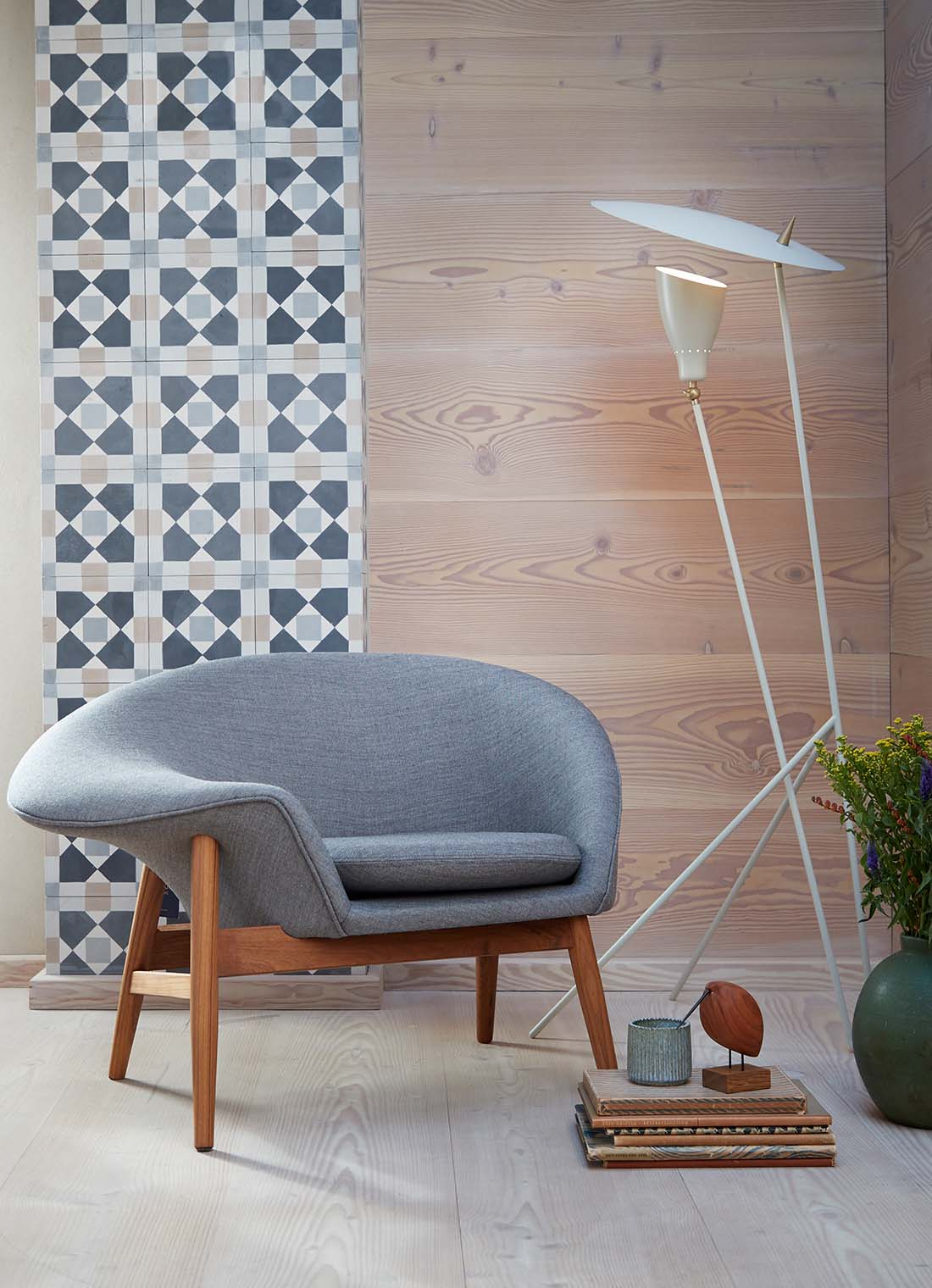 Silhouette floor lamp with fried egg lounge chair