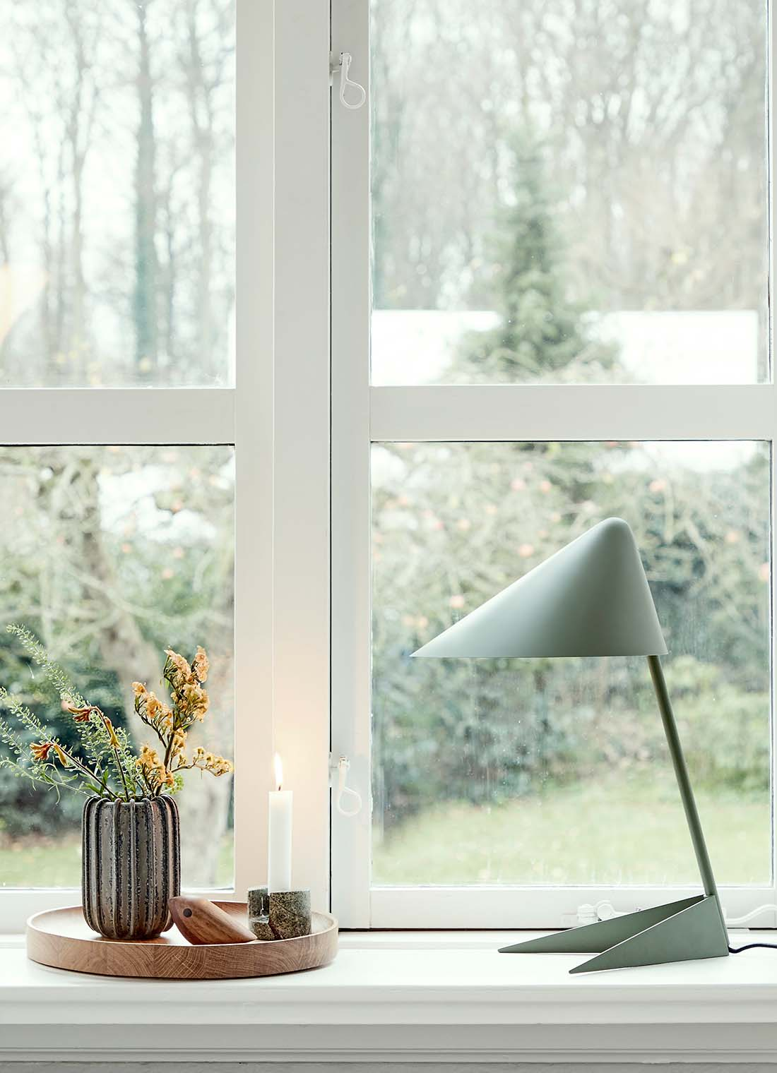 Ambience bordlampe i dusty green i vindueskarm